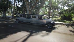 Gammal lyxig limousine arkivfilmer