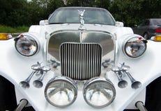 Gammal lyxig vit limousine för element royaltyfria foton