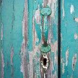 Gammal målad dörr med handtaget och nyckelhålet Arkivbild