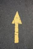 Gammal målad guling för asfaltväg. Arkivbild