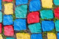 Gammal målad kullerstenbakgrund med gräs Arkivfoton