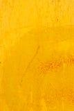 Gammal målad ljus gul murbruktextur royaltyfria foton