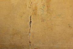Gammal målad sprucken betongvägg abstrakt bakgrundsbrown lines bilden textur av den dräpade väggen arkivfoton
