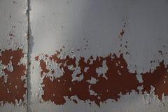 Gammal målad textur av den särade metallväggen arkivfoton