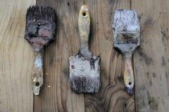 Gammal målarfärgborste på trä Arkivfoto