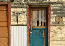 Gammal Mång--färgad dörr och klippning arkivfoto