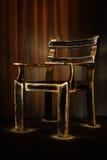 gammal mörk lighting för stol royaltyfri fotografi