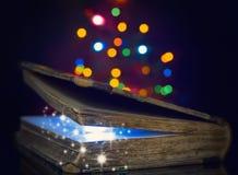 Gammal magisk bok Arkivbilder