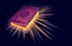Gammal magisk bok med ljusa strålar som isoleras på svart bakgrund royaltyfri bild