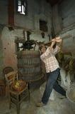 Gammal man för vinpress Royaltyfria Bilder