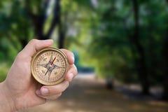 gammal manlig för kompasshandholding Arkivfoto