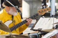 Gammal manlig musiker som spelar gitarren och valsar Royaltyfri Foto