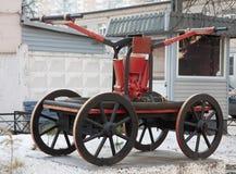 Gammal manuell hästdragen brandmotor Royaltyfri Fotografi