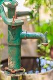 Gammal manuell vattenpump (spakpumpen) Pump för tappninggjutjärnvatten Arkivbilder