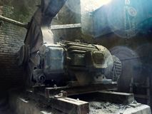 Gammal maskin i en ?vergiven fabrik royaltyfri bild
