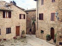 Gammal medeltida liten stad Monticchiello i Tuscany Arkivfoto