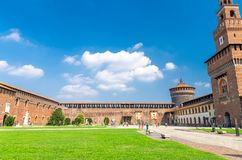 Gammal medeltida Sforza slott Castello Sforzesco och torn, Milan royaltyfri foto