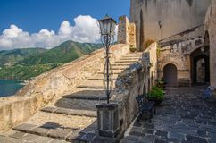 Gammal medeltida slott Castello Ruffo, Scilla, Italien för borggård royaltyfri foto