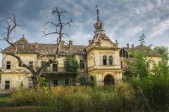 Gammal medeltida slott nära stad av Vrsac, Serbien royaltyfria bilder