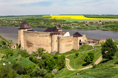 Gammal medeltida slott på den Dniester flodstranden i Khotyn, Ukraina Royaltyfria Bilder