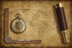 Gammal medeltida världskarta med kompasset och kikaren Affärsföretag- och loppbegrepp illustration 3d arkivfoton