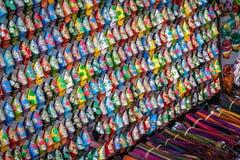 Gammal Medina souk Fez, hantverkare shoppar av färgrikt moroccan läder, Royaltyfri Bild