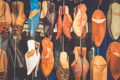 Gammal Medina souk Fez, hantverkare shoppar av färgrikt moroccan läder, Royaltyfria Bilder