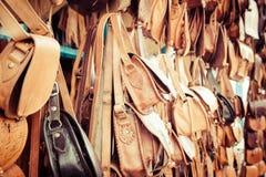 Gammal Medina souk Fez, hantverkare shoppar av färgrikt moroccan läder, Arkivbilder