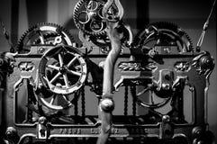 Gammal mekanisk klocka som tickar fortfarande arkivfoto