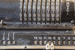 Gammal mekanisk manuell räknande maskin för matematiska beräkningar arkivfoton