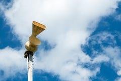 Gammal mekanisk siren för borgerligt försvar, också som är bekant som flygrädsiren royaltyfria bilder