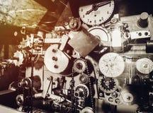 Gammal mekanism av tornklockan med klockor fotografering för bildbyråer