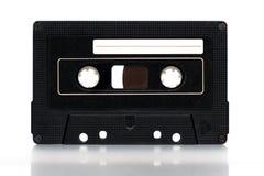Gammal mellanrumssvartkassett på vit Arkivbild