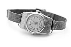 Gammal men& x27; s-armbandsur på en vit bakgrund/ett svartvitt foto Arkivbild