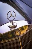 Gammal Mercedes-Benz motorhuv Royaltyfri Bild