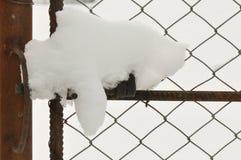 Gammal metall låser med snö royaltyfria bilder
