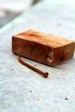Gammal metall spikar och trä på bakgrunden Arkivbild