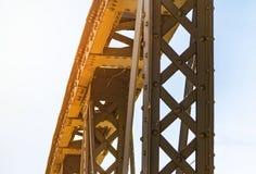 Gammal metallanslutning på nitar, metallkonstruktion av bron, arkivbilder