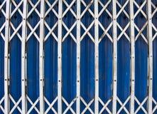 Gammal metallblåttdörr i förort Thailand Royaltyfri Fotografi