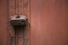 Gammal metalldörr för rostigt lås Fotografering för Bildbyråer