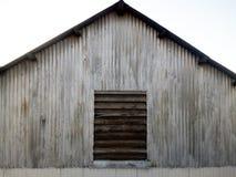 Gammal metallinsättning med ett träfönster royaltyfria foton