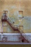 Gammal metallisk rostig trappa Royaltyfri Bild