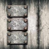 Gammal metallplatta på den metalliska väggen Arkivbilder