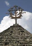Gammal metallskulptur på taket Arkivfoto