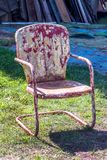 Gammal metallstol med skalning av målarfärg royaltyfri bild