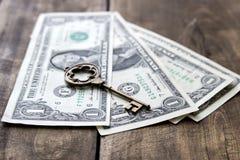 Gammal metalltangent på USA dollarsedlarna Royaltyfri Bild