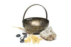 Gammal metallvas med gemstones Fotografering för Bildbyråer