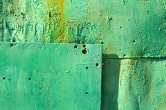 Gammal metallyttersida färgade i gräsplan, bakgrund Arkivfoto