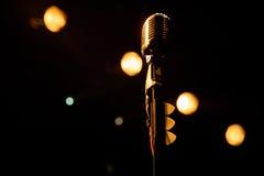 Gammal mikrofon mot grungebakgrund Arkivbilder