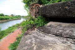 Gammal militär bunker i den Dong Hoi citadellväggen, Quang Binh, Vietnam Royaltyfri Fotografi